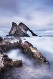 Arco Fiddle Rock en Moray Coast de Escocia Foto de archivo libre de regalías