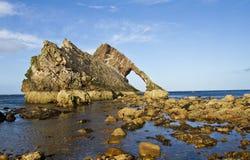 Arco Fiddle Rock, Portknockie, Scozia Fotografia Stock