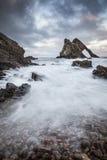 Arco Fiddle Rock su Moray Coast della Scozia fotografie stock