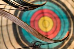 Arco, flechas y blanco Imagen de archivo
