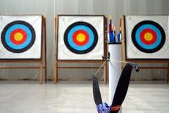 Arco, flechas y blancos del tiro al arco Fotografía de archivo