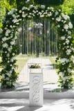 Arco floral arredondado do casamento das flores frescas fora antes da cerimônia de casamento - decoração do casamento fotografia de stock royalty free
