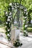Arco floral arredondado do casamento das flores frescas fora antes da cerim?nia de casamento - decora??o do casamento fotografia de stock royalty free