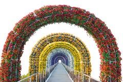 Arco floral y calzada aislados en el fondo blanco imagen de archivo libre de regalías