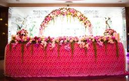 Arco floral y una tabla Imagenes de archivo