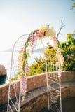 Arco forjado do casamento Casamento no mar no por do sol, Montenegro, P Imagens de Stock