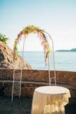 Arco forjado do casamento Casamento no mar no por do sol, Montenegro, P Imagem de Stock Royalty Free