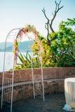 Arco forjado do casamento Casamento no mar no por do sol, Montenegro, P Imagem de Stock
