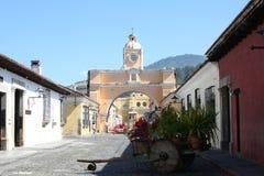 Arco giallo in Antigua Guatemala Fotografia Stock