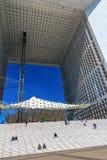 Arco grande na defesa do La do distrito financeiro, Paris, França Imagem de Stock