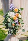 Arco hermoso de la boda, adornado con el paño del biege y las flores, primer Fotografía de archivo libre de regalías