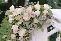 Arco hermoso de la boda, adornado con el paño del biege y las flores, primer Imagenes de archivo
