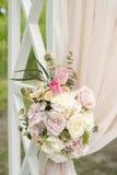 Arco hermoso de la boda adornado con el paño y las flores beige Imagen de archivo libre de regalías