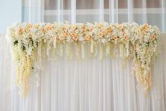 Arco hermoso de la boda adornado con las flores rosadas y blancas dentro Fotografía de archivo
