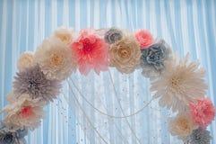 Arco hermoso de la boda adornado con las flores rosadas y blancas dentro Fotografía de archivo libre de regalías