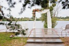 Arco hermoso de la boda, con el lago en fondo Foto de archivo libre de regalías