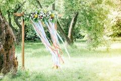 Arco hermoso de la boda con las flores en bosque en el día de verano fotografía de archivo libre de regalías
