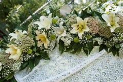 Arco hermoso de la boda para la boda adornado con las flores Foto de archivo