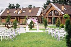 Arco hermoso de la boda para la boda adornado con las flores Fotos de archivo libres de regalías