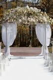 Arco hermoso en el jardín para la ceremonia de boda Imagenes de archivo