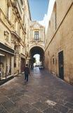 Arco hermoso sobre la calle imagen de archivo libre de regalías