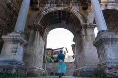 Arco histórico com a jovem senhora no meio Imagem de Stock