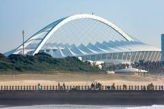 Arco icónico del estadio de fútbol en Durban, Suráfrica; construido para el torneo del fútbol de 2010 mundiales Imágenes de archivo libres de regalías
