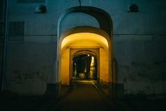 Arco iluminado da entrada com morno fotos de stock