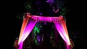Arco indio de la recepción de la boda con la iluminación almacen de metraje de vídeo
