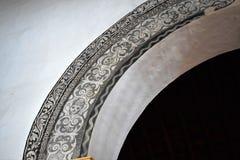 Arco inusual adornado por el cráneo en la iglesia de San Antonio en Frigiliana - pueblo blanco español Andalucía Foto de archivo