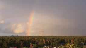 Arco iris asombroso sobre el pequeño pueblo Tirado de sorprender dos arco iris que sean aparezca sobre pequeño pueblo enseguida d almacen de metraje de vídeo