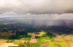 Arco iris bajo opinión de las nubes del cielo Fotos de archivo