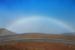Arco iris, cielo y un volcán imágenes de archivo libres de regalías