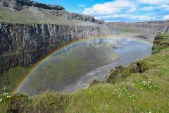 Arco iris colorido sobre el r?o en la cascada de Dettifoss, Islandia imagen de archivo libre de regalías