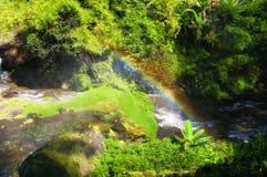 Arco iris de la cascada de Wachirathan fotos de archivo
