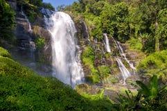 Arco iris de la cascada de Wachirathan imagen de archivo