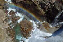 Arco iris debajo de la presa de Gloriettes en los Pirineos franceses Imagen de archivo libre de regalías