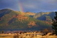 Arco iris del oro de Montana Fotos de archivo