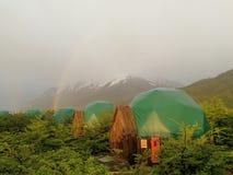 Arco iris del parque nacional de la Patagonia de Chile sobre campo bajo de la condenación fotos de archivo