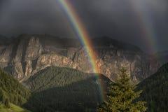 Arco iris después de la tempestad de truenos en la puesta del sol Fotografía de archivo libre de regalías