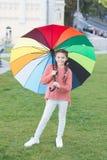 Arco iris despu?s de la lluvia Humor positivo en tiempo lluvioso del oto?o Optimista y ni?o alegre Estilo de la primavera E imágenes de archivo libres de regalías