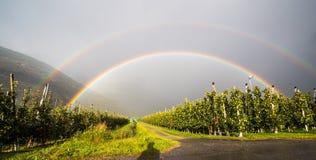 Arco iris doble después de la lluvia en Italia Imagenes de archivo