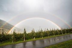 Arco iris doble después de la lluvia en Italia Foto de archivo libre de regalías