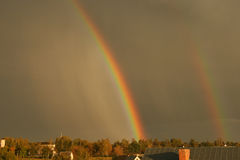 Arco iris doble después de la tormenta foto de archivo