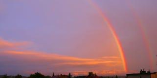 arco iris doble en la puesta del sol con el cielo y las nubes Fotos de archivo