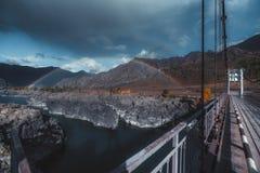 Arco iris doble, montañas, puente imágenes de archivo libres de regalías