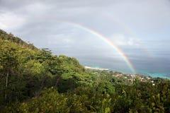 Arco iris doble, océano azul y selva del borrachín en Seychelles Imagen de archivo
