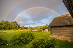 Arco iris doble, paisaje del día soleado Imagen de archivo