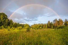 Arco iris doble, paisaje del día soleado Imagenes de archivo