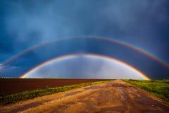 Arco iris doble sobre campo imagen de archivo libre de regalías
